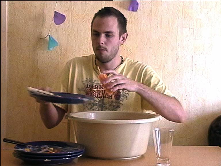 Xav bois l'eau de sa vaisselle